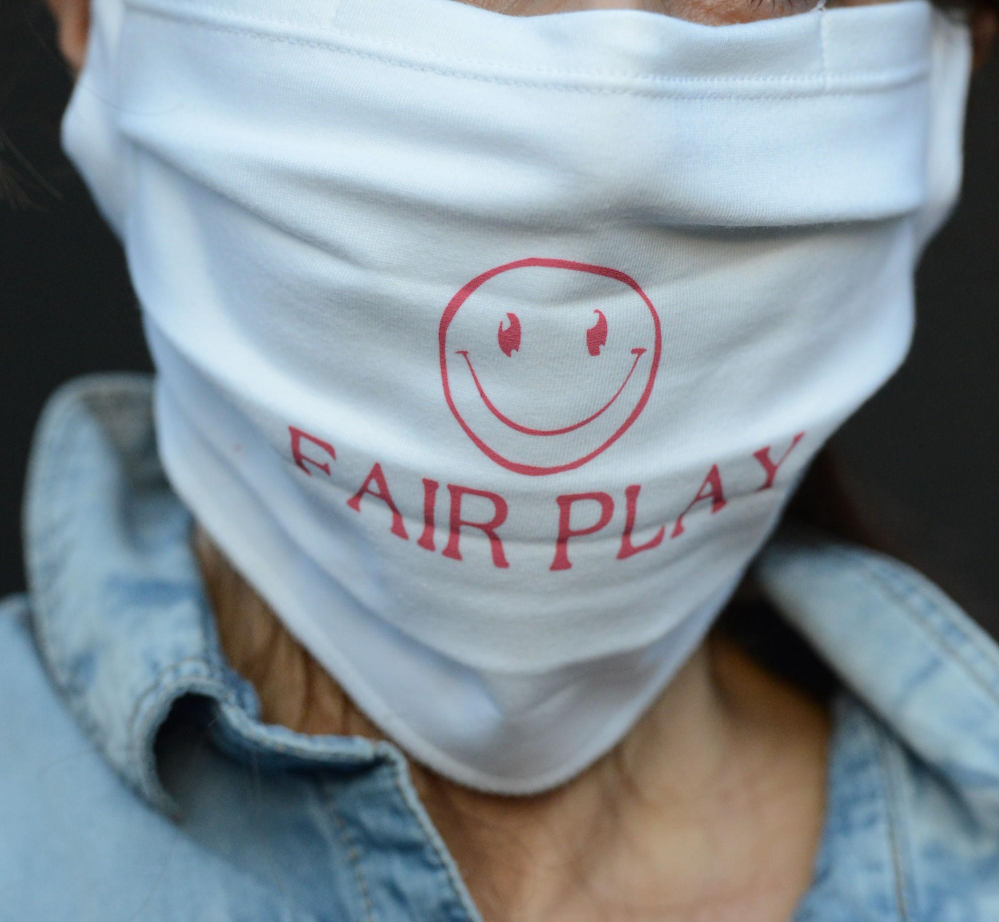 """Behelfsmäßige Mund-Nasen-Maske (""""Alltagsmaske"""", """"Community-Maske"""") – mit Aufdruck """"Smiley – fair play"""" in schwarz (1 Packung=2 Stück)"""